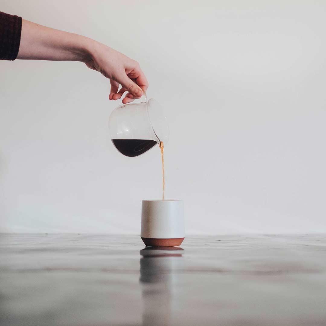 Kaffee wird in Tasse geschenkt